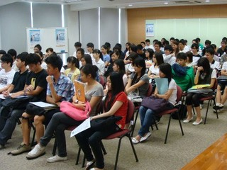 排首位者早三小時到達 吸引逾千人參加 香港電腦通訊節2009招聘會完滿結束