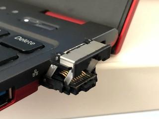 網友一致稱讚「好實用!!」 Fujitsu 摺疊式 RJ-45 網絡連接埠設計