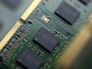 【有助降低 DRAM 生產成本?!】 DRAM 廠商有意升級 EUV 技術