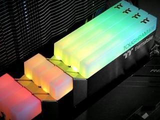 DDR4-5100 風冷 OC 不是夢 Thermaltake TOUGHRAM RGB DDR4-4400 16GB Kit